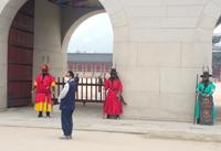 Faible nombre de touristes à Gyeongbokgung. Des masques sont intégrés à la tenue des gardes du palais.